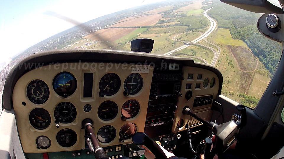 sétarepülés gödöllői repülőtér c-172 műszerfal